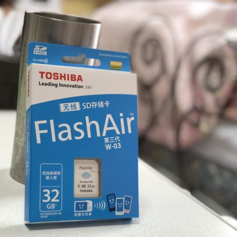 TOSHIBA(東芝) 無線LAN搭載SDHCカード FlashAir W-03 [32GB] Class10 SD-R032GR7AL03A を購入。
